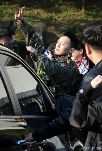 [사진]팬들 향해 인사하는 지드래곤
