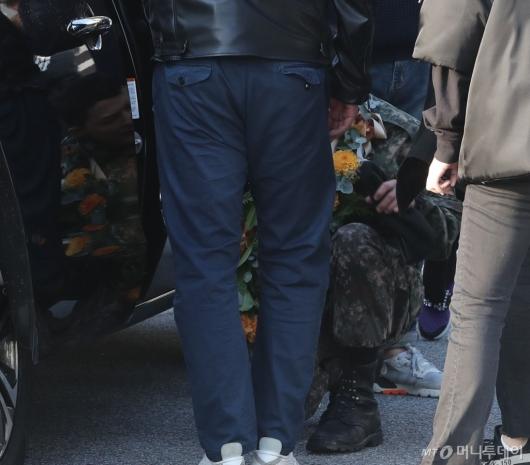 [사진]팬들 만남 뒤 다리 풀린 지드래곤