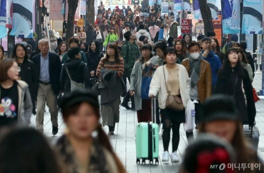 [사진]두터운 옷차림의 관광객들