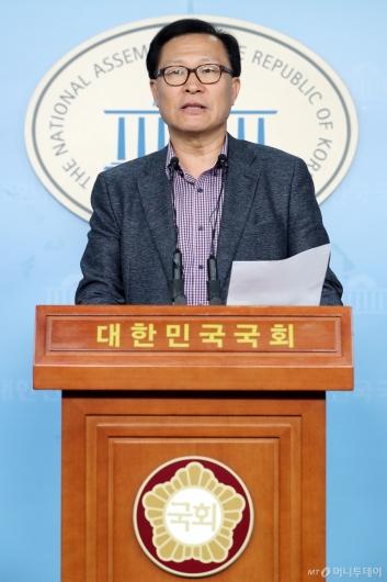 [사진]탈당 기자회견하는 문병호