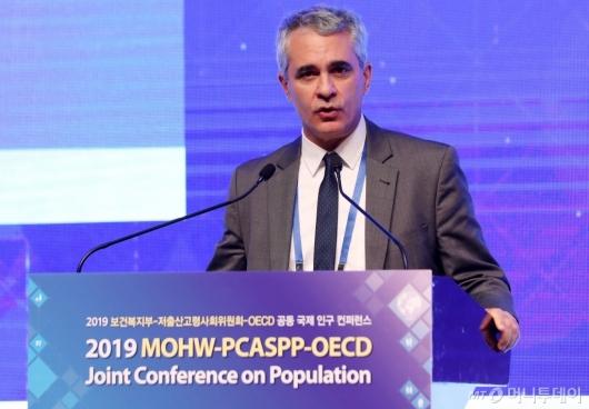 [사진]축사하는 스테파노 스카페타 OECD 국장
