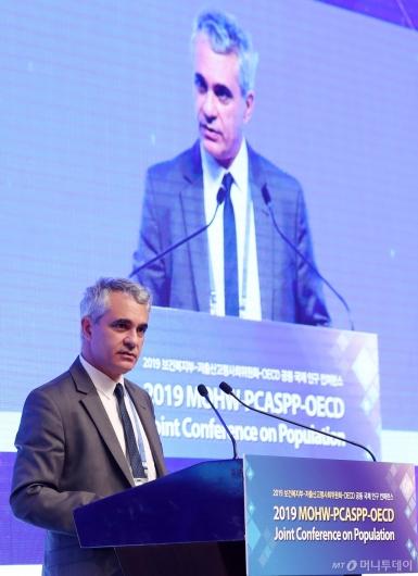 [사진]스테파노 스카페타 OECD 국장 '인구 컨퍼런스' 축사
