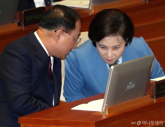 [사진]의견 나누는 홍남기-유은혜