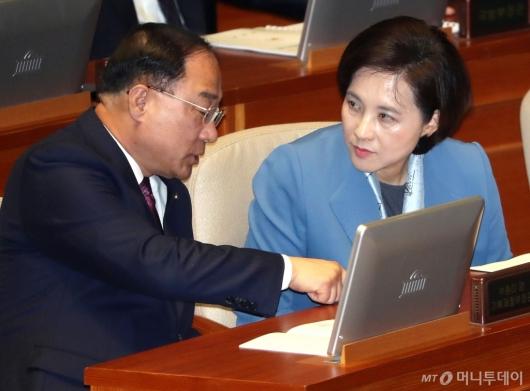 [사진]대화 나누는 홍남기-유은혜