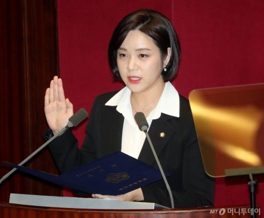 [사진]선서하는 정은혜 의원