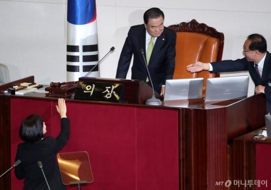 [사진]정은혜 '의장님, 악수 좀'