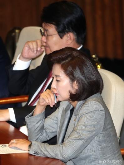 [사진]이인영 교섭단체 대표연설 듣는 나경원