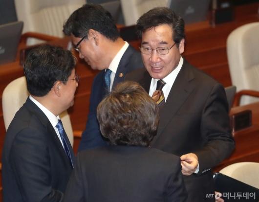 [사진]의원들과 대화하는 이낙연 총리