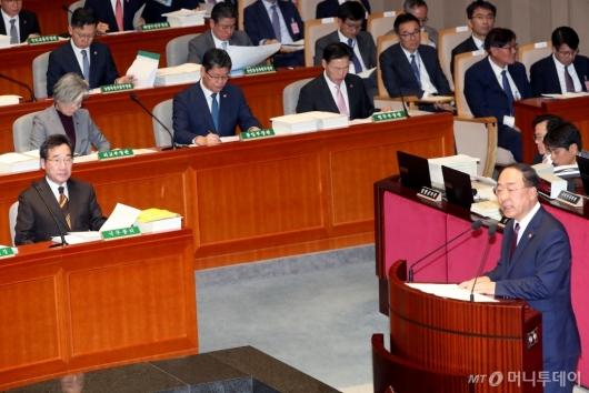 [사진]홍남기 발언 경청하는 이낙연 총리