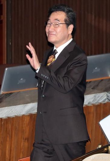 [사진]손 흔드는 이낙연 총리