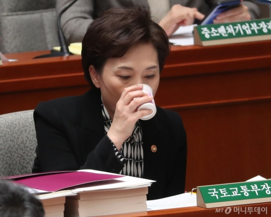 [사진]물 마시는 김현미 장관