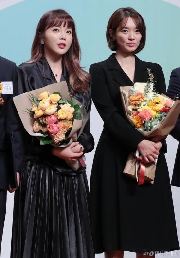 [사진]홍진영-신민아 '금융의 날' 상 받았어요!