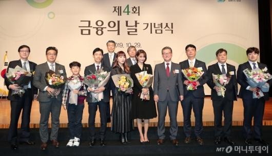 [사진]홍진영-신민아와 기념촬영하는 은성수-윤석헌