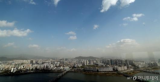 [사진]파란 하늘 아래 내려앉은 황사-미세먼지