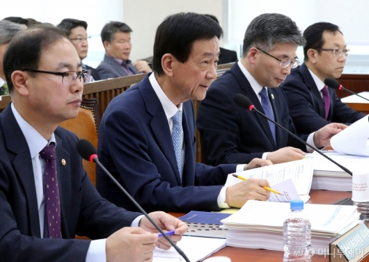 [사진]행안위 답변하는 진영 장관