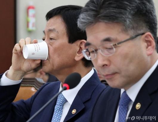 [사진]물 마시는 진영 장관