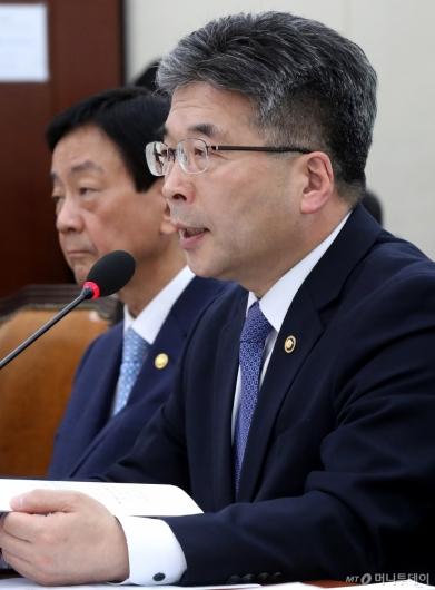 [사진]질의 답변하는 민갑룡 경찰청장