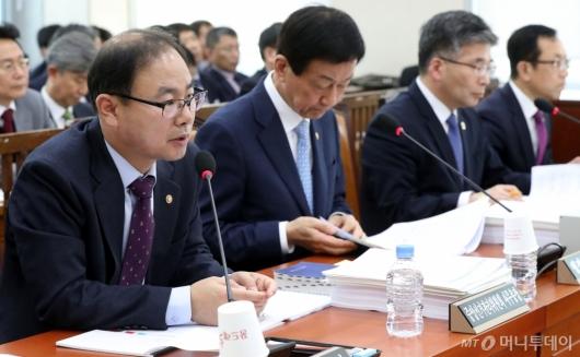 [사진]답변하는 박영수 사무총장