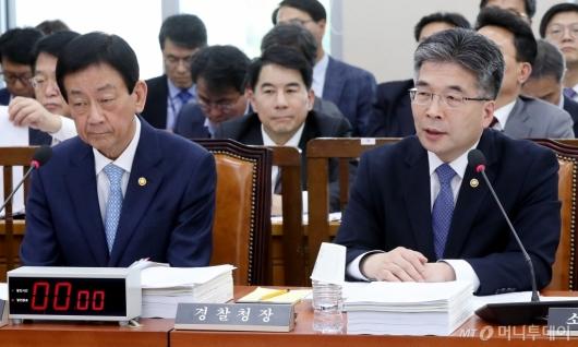 [사진]행안위 전체회의 출석한 진영-민갑룡