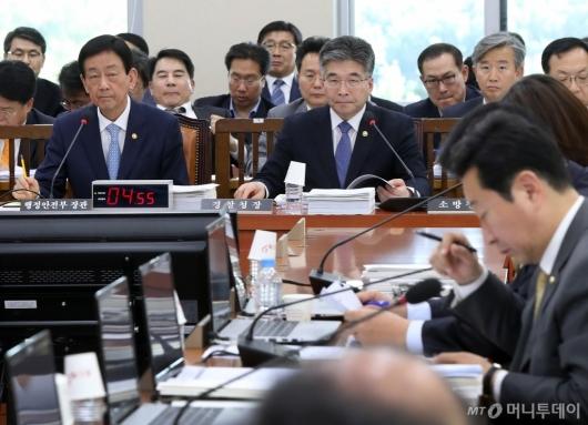 [사진]질의 경청하는 진영-민갑룡