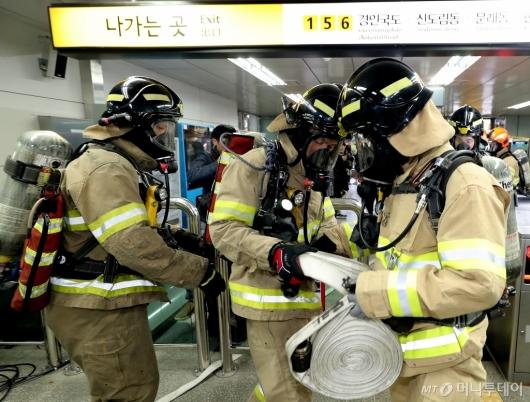 [사진]화재 진압 나선 소방대원들