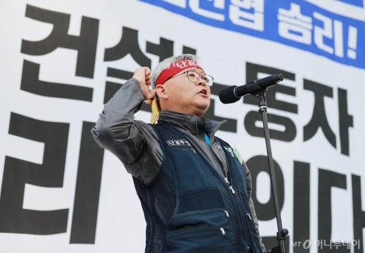 [사진]구호 외치는 김창년 건설노조 서울지부장