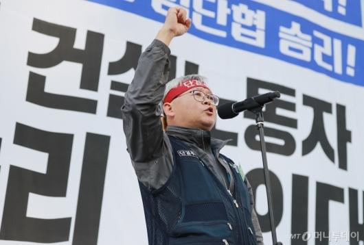 [사진]총파업 결의하는 김창년 건설노조 서울지부장