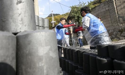 [사진]'행복을 전하는 연탄 한 장'