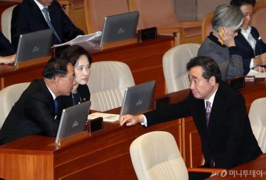 [사진]홍남기-유은혜와 대화하는 이낙연