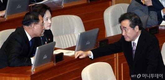 [사진]부총리들과 의견 나누는 이낙연 총리