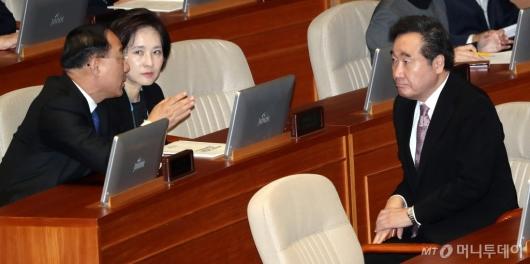 [사진]부총리 의견 경청하는 이낙연 총리