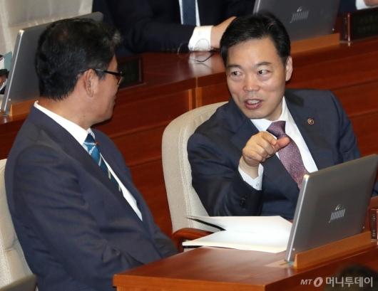 [사진]김연철 장관과 대화하는 김오수 차관