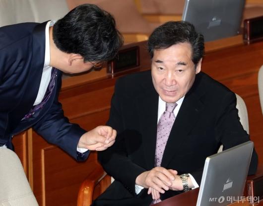 [사진]박양우 장관 의견 경청하는 이낙연 총리
