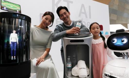 [사진]'KT AI 기기들과 함께'