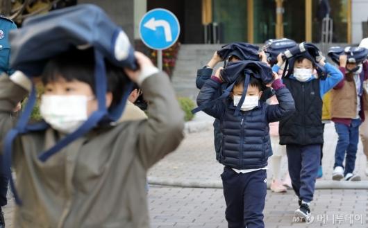 [사진]지진대피훈련하는 어린이들