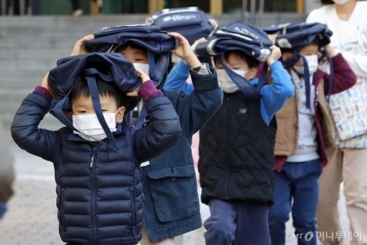 [사진]'책가방 머리 위로' 지진대피훈련하는 아이들