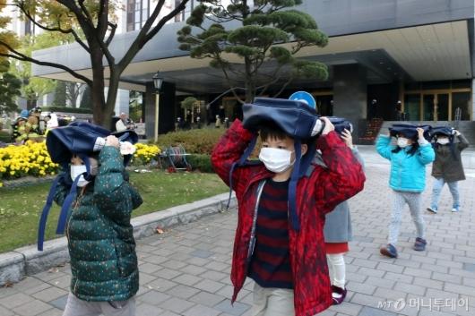 [사진]'책가방으로 머리 보호'