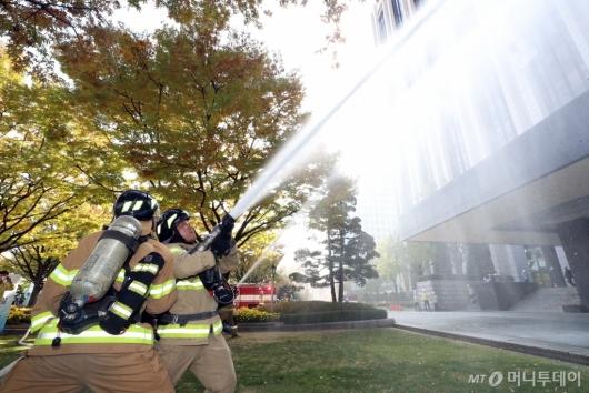 [사진]화재진압하는 소방대원들