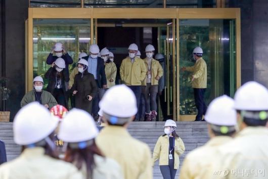 [사진]지진대피훈련하는 정부서울청사 직원들