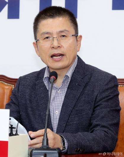[사진]영입인재 환영하는 황교안 대표