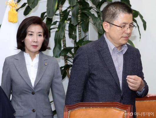 [사진]영입인재 환영식 마친 황교안-나경원