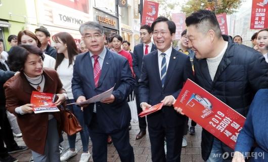 [사진]시민들과 인사 나누는 성윤모 장관-강호동