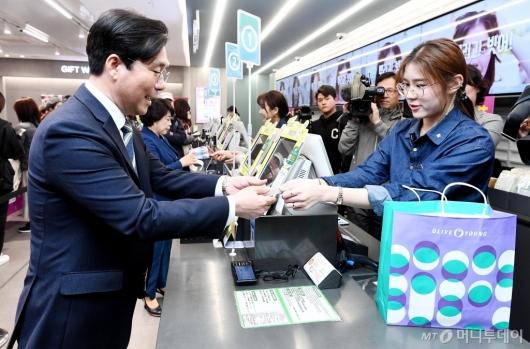 [사진]물품 구매하는 성윤모 장관