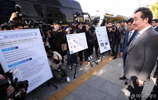 [사진]경찰 수소버스 운용계획 듣는 이낙연 총리