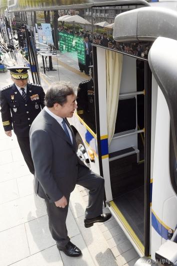 [사진]이낙연 총리, 경찰 수소버스 시승식 참석