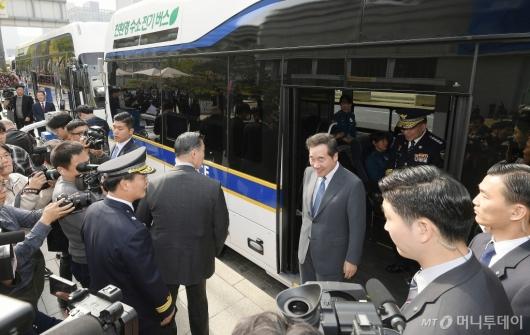 [사진]경찰 수소버스 살펴본 이낙연 총리
