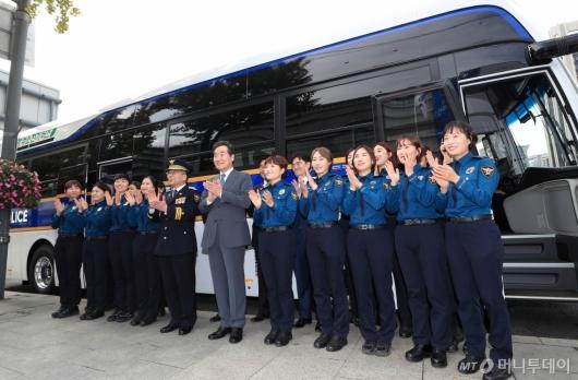 [사진]이낙연 총리 '경찰 수소전기버스 시승식'