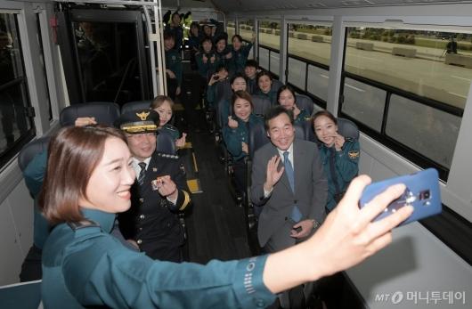 [사진]경찰 수소버스 탑승한 이낙연 총리