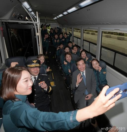 [사진]경찰 수소버스 시승한 이낙연 총리