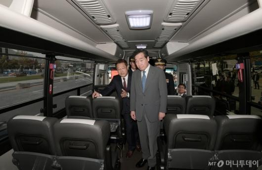 [사진]경찰 수소버스 둘러보는 이낙연 총리